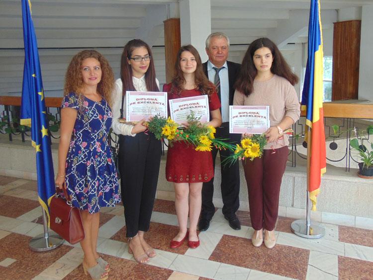 Festivitate de premiere a celor trei eleve de 10 din judeţul Tulcea