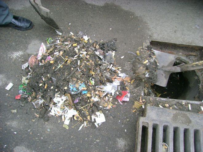 Noaptea minţii: plasă de pescuit de 500 de kilograme scoasă din sistemul de canalizare din municipiu!