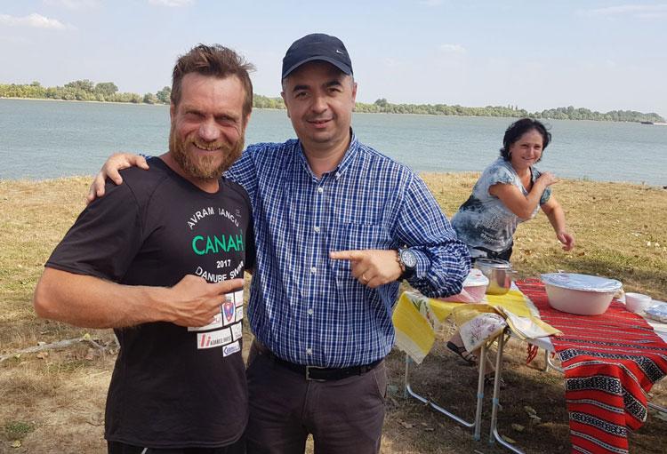 Străbate Dunărea înot: Avram Iancu s-a oprit ieri la Luncaviţa