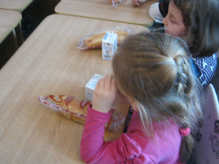 Un nou an şcolar, acelaşi corn şi acelaşi lapte