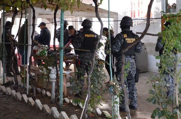 Patru bărbaţi acuzaţi de tâlhărie şi furturi din societăţi comerciale, reţinuţi de poliţişti
