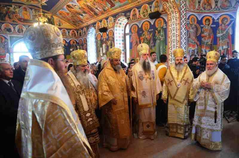 Şapte ierarhi au resfinţit Biserica parohiei Sâmbăta Nouă