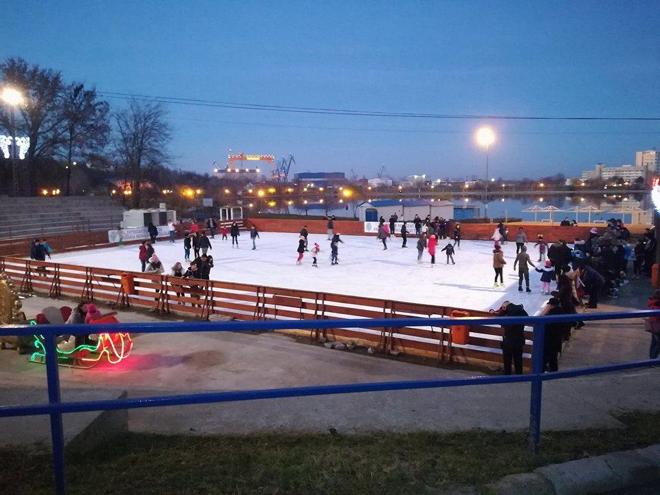 Peste 2.000 de tulceni şi-au topit caloriile de Crăciun la patinoar