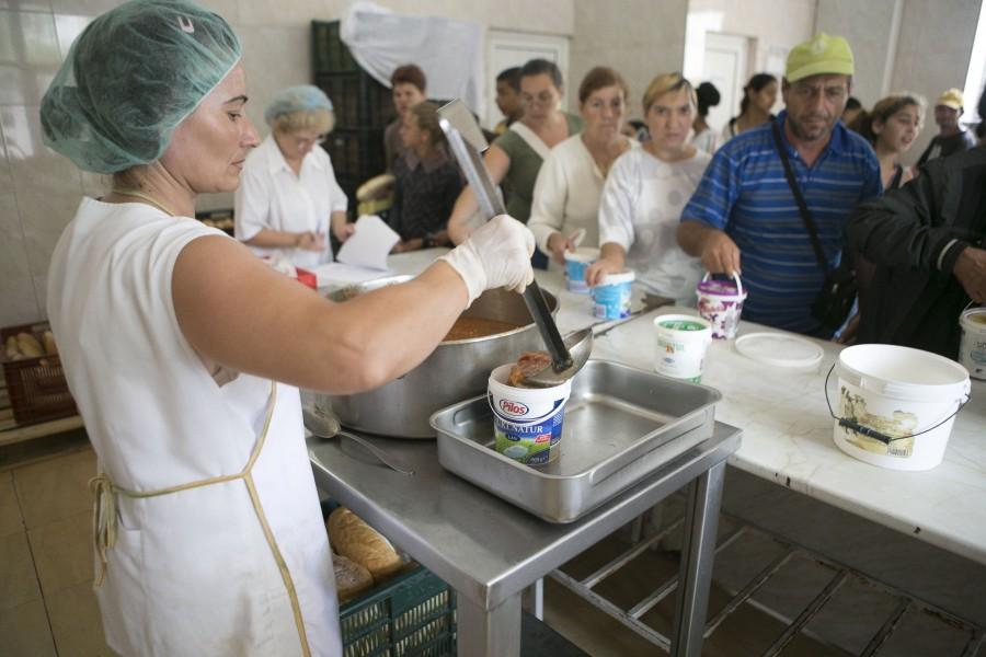 Tulcenii care sărbătoresc Crăciunul cu mâncare de la cantina săracilor
