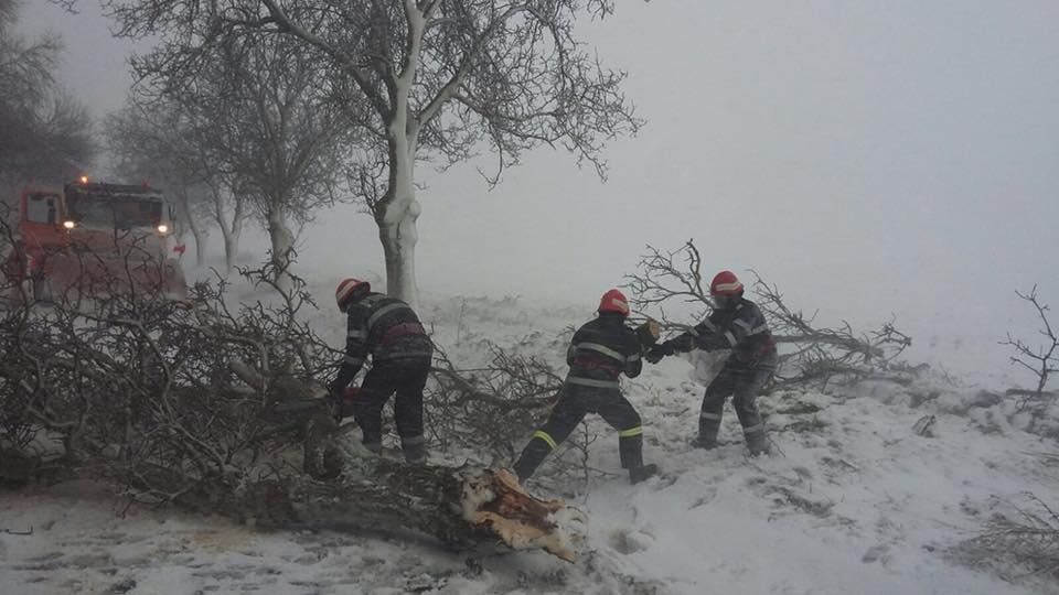 Bilanţul primei zile de iarnă: drumuri închise, peste 50 de localităţi fără curent electric, zeci de maşini blocate şi cursuri suspendate în şcoli