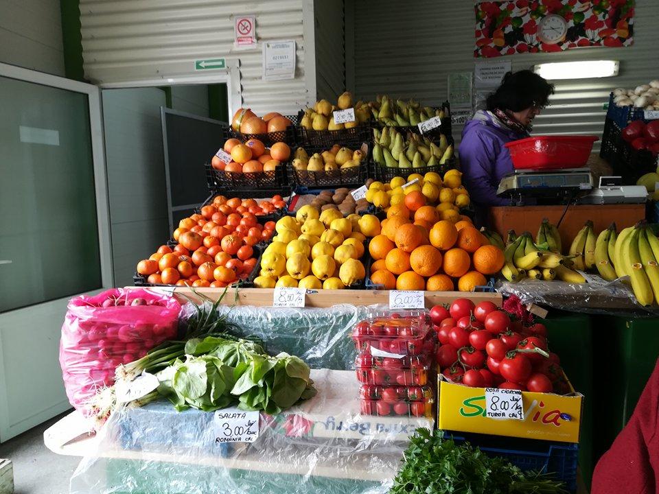 Comercianţii iau cu asalt pieţele pentru a-şi vinde produsele agricole sezoniere