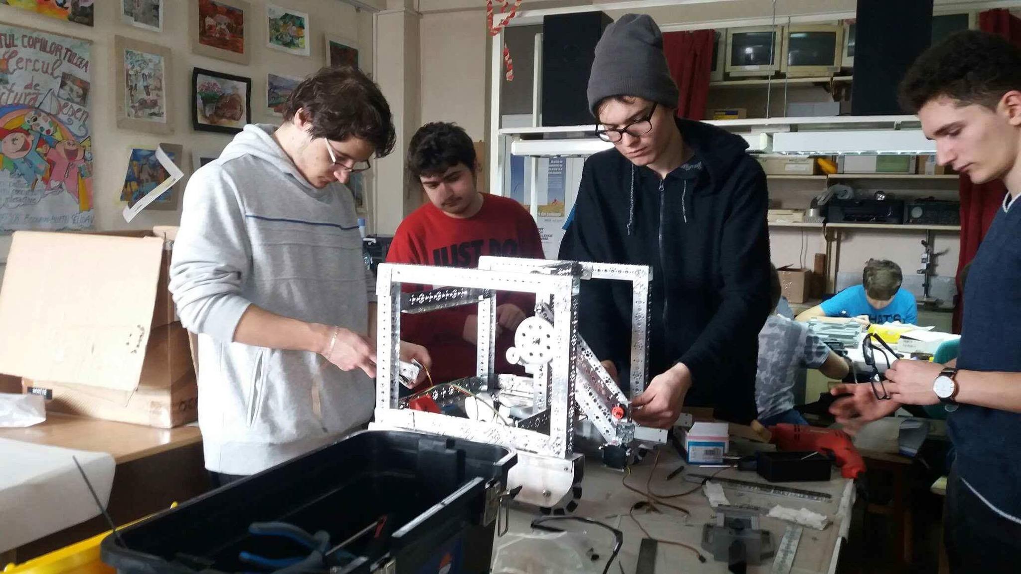 Elevii de la Palatul Copiilor, cu robotul la concurs
