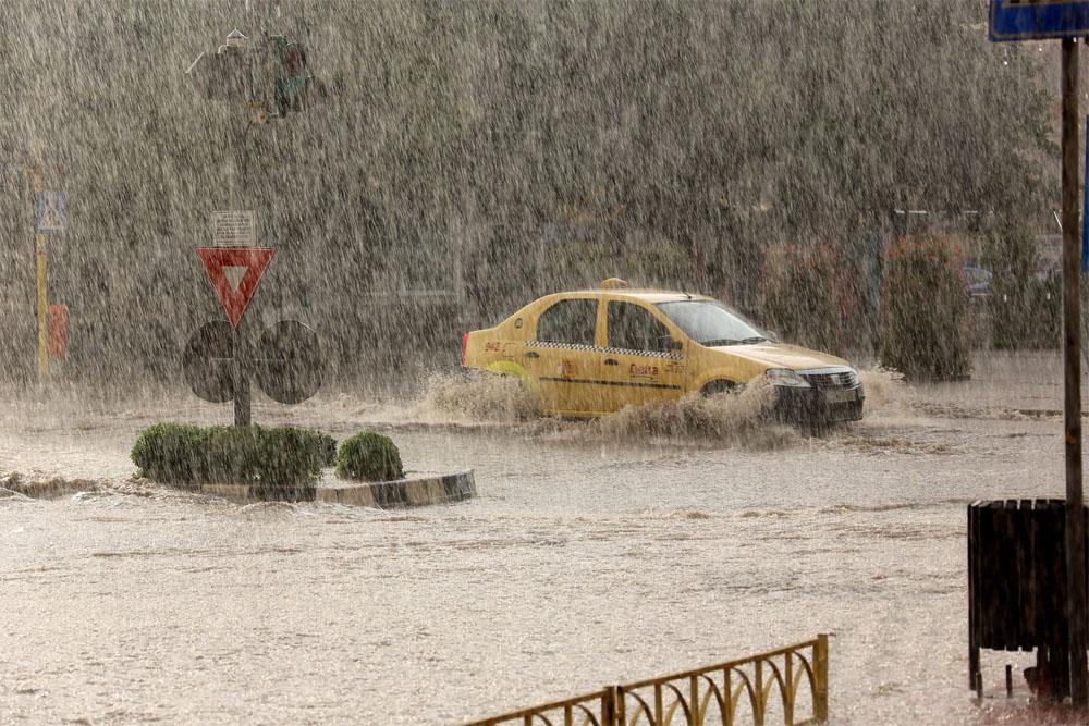 Scăpăm de inundaţii: încep lucrările la sistemul de preluare a apelor pluviale din centrul municipiului