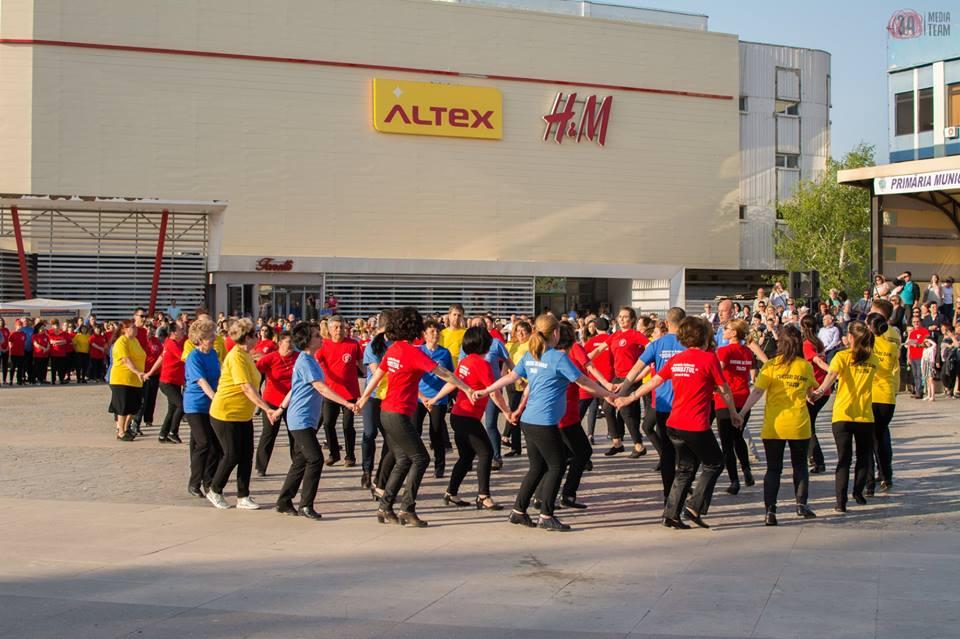 Piaţa Civică a găzduit peste 2.000 de tulceni de Ziua Internaţională a Dansului