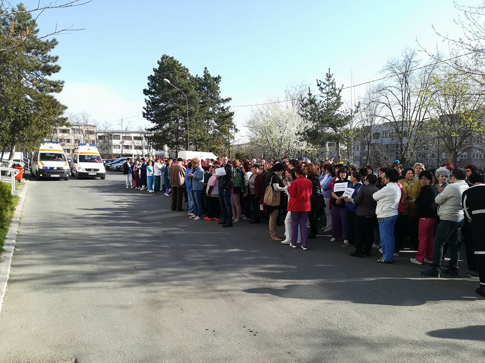 Protest spontan la Spitalul Judeţean Tulcea: diminuarea sporurilor, motiv de nemulţumire printre angajaţi