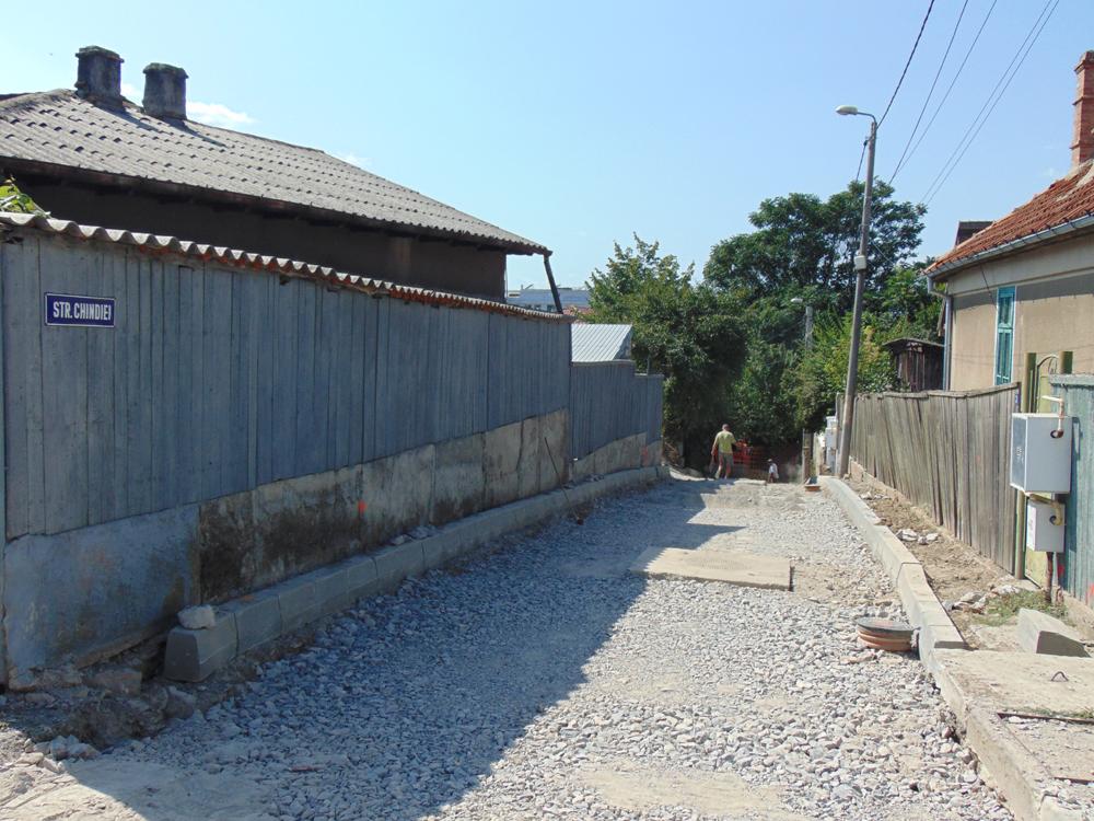 Locuitorii de pe Chindiei au solicitat municipalităţii oprirea asfaltării străzii