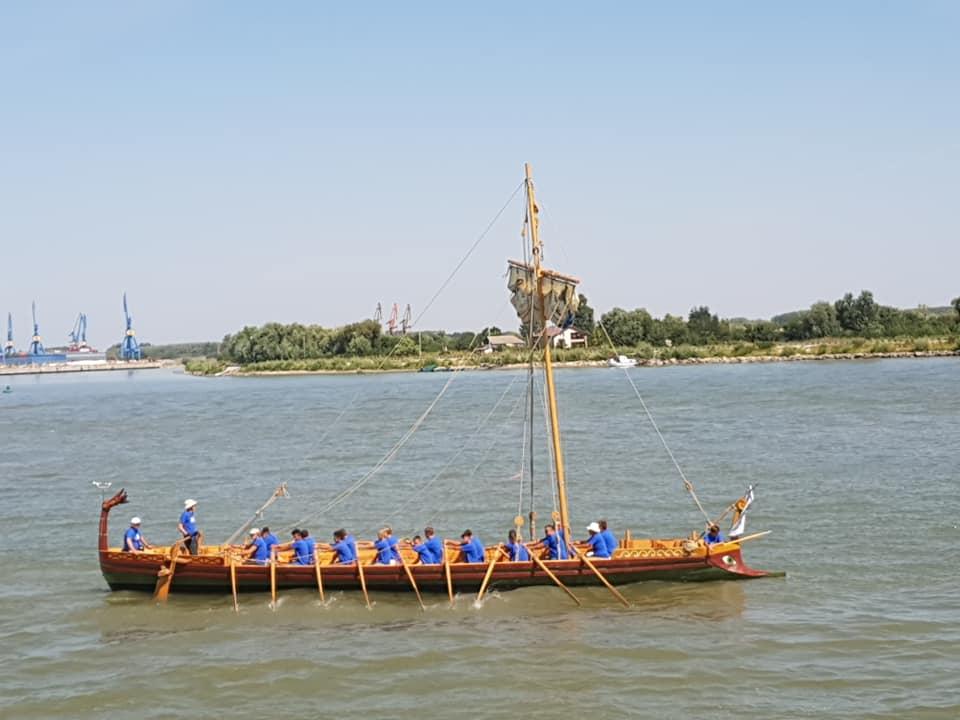 Un vas din epoca romană a defilat pe Dunăre de Ziua Marinei