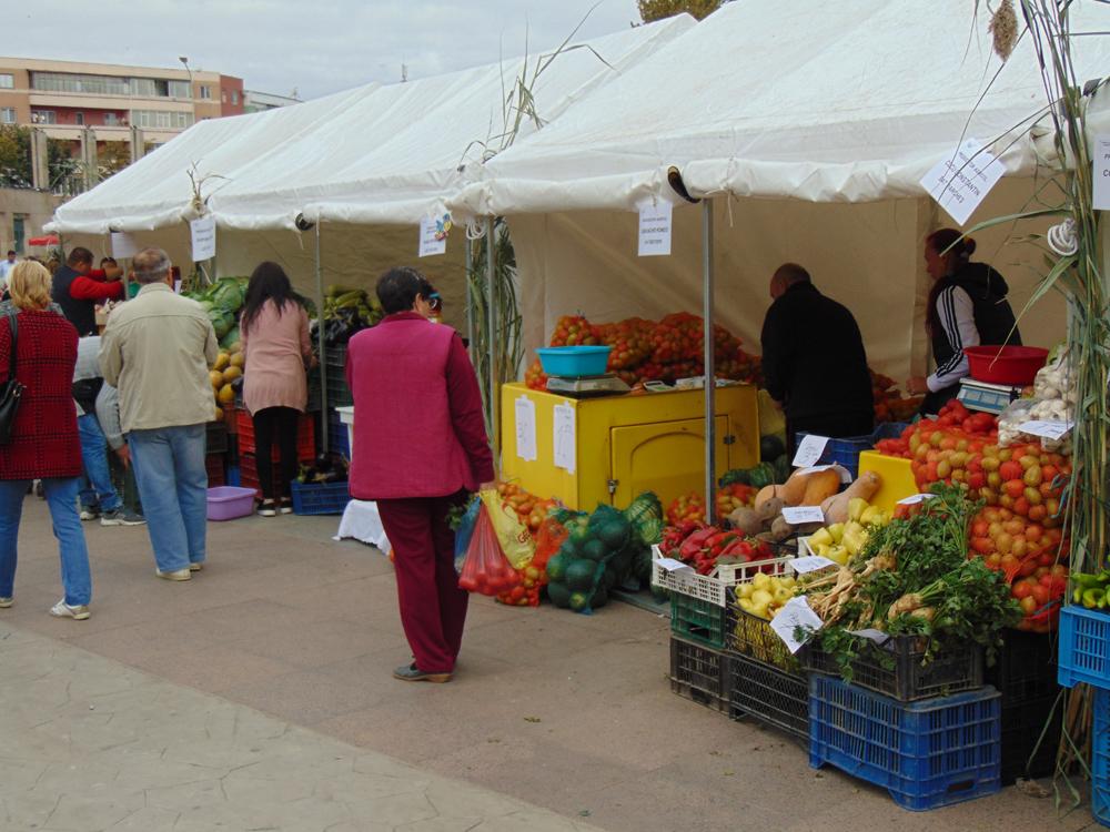 Târgul de toamnă şi-a deschis porţile în municipiu: bunătăţi, muzică şi dans