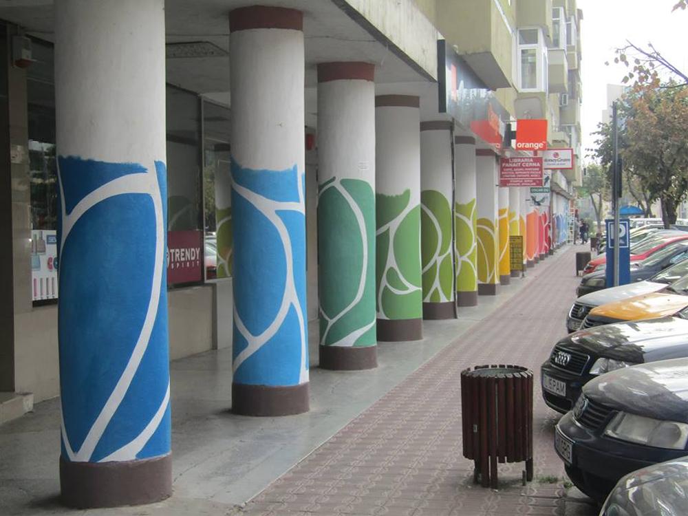 Coloanele din centrul oraşului, pictate în semn de unitate multiculturală