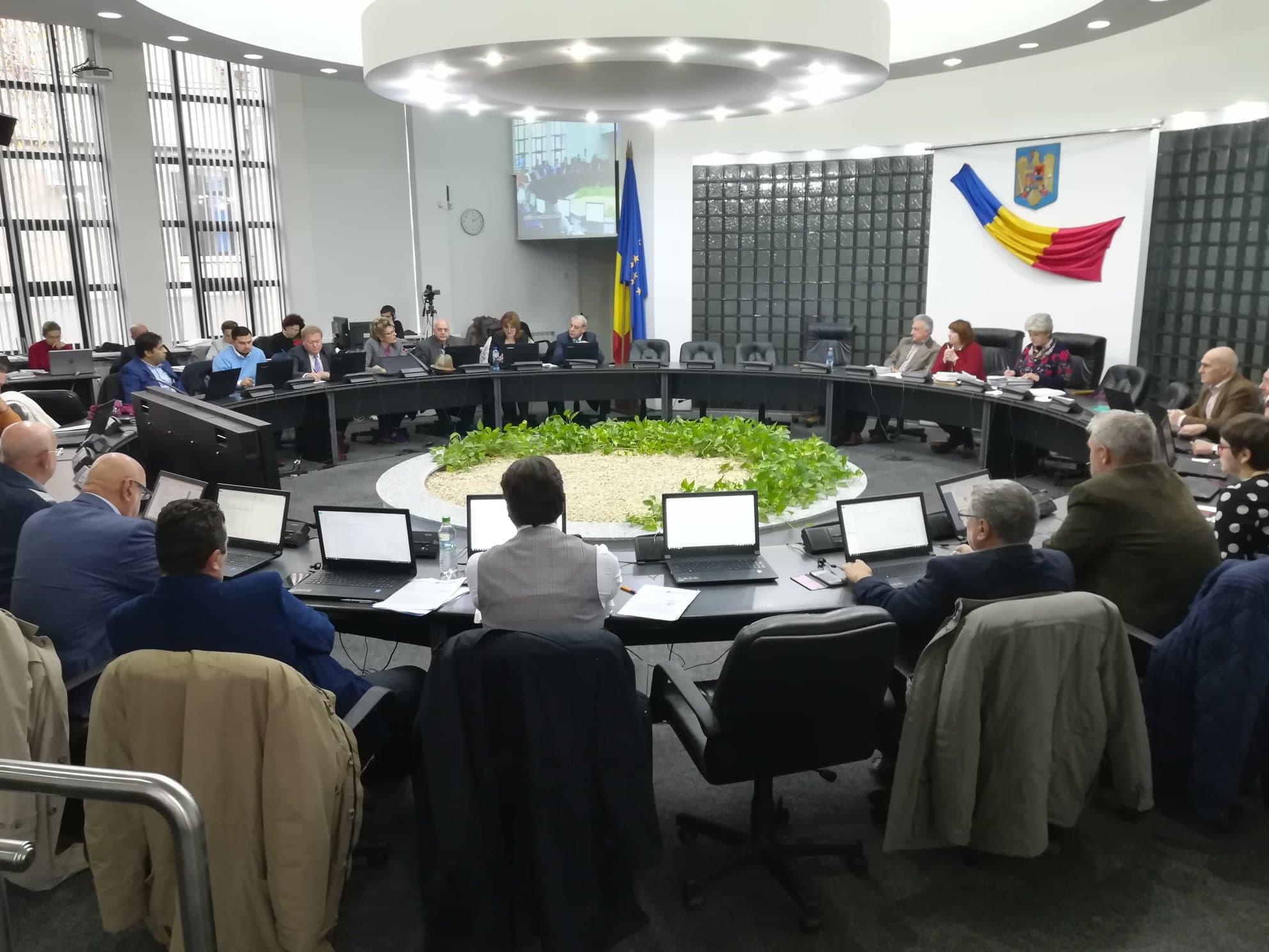 """Prin abţinere, Consilierii municipali PNL au """"trântit"""" 13 proiecte"""