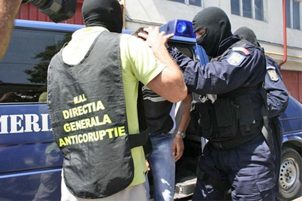 Un poliţist şi un angajat RAR, reţinuţi pentru luare de mită