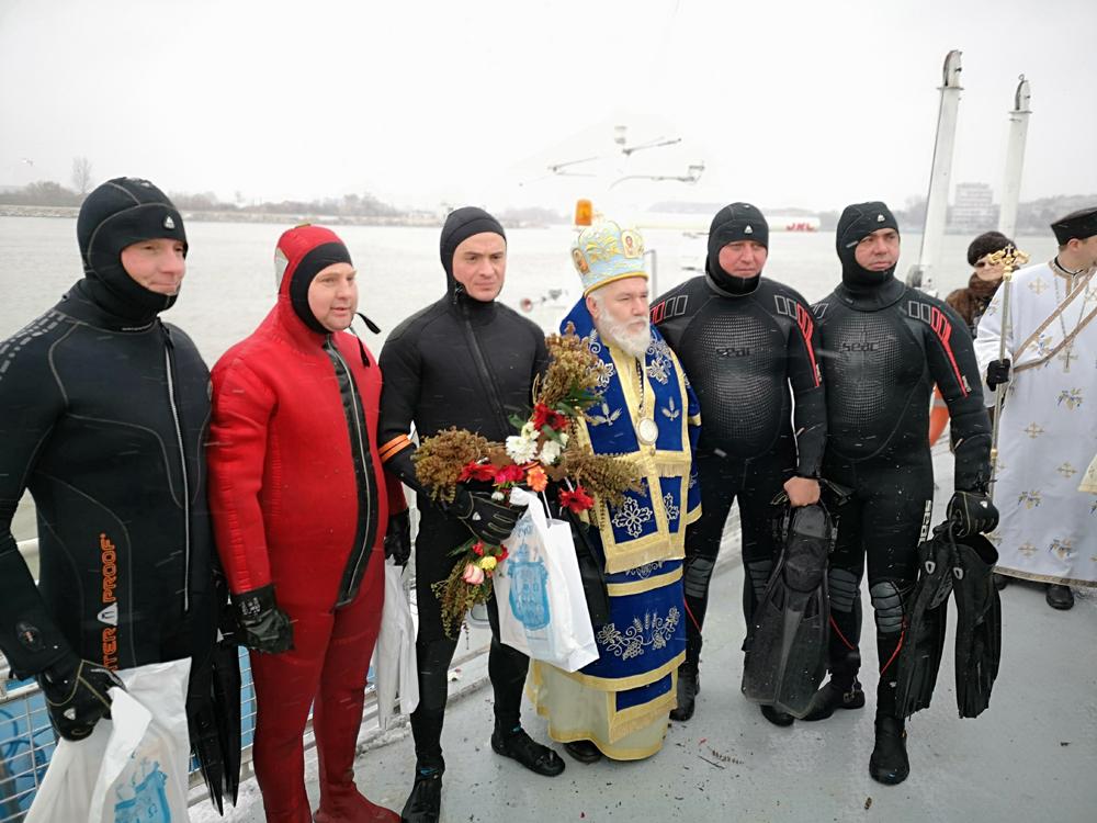 Plutonier major Cacenco Pavel a scos Crucea sfinţită din Dunăre pentru al doilea an consecutiv