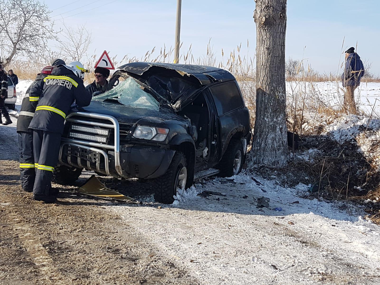 Transportaţi la Spitalul Galaţi după ce au intrat cu maşina în copac