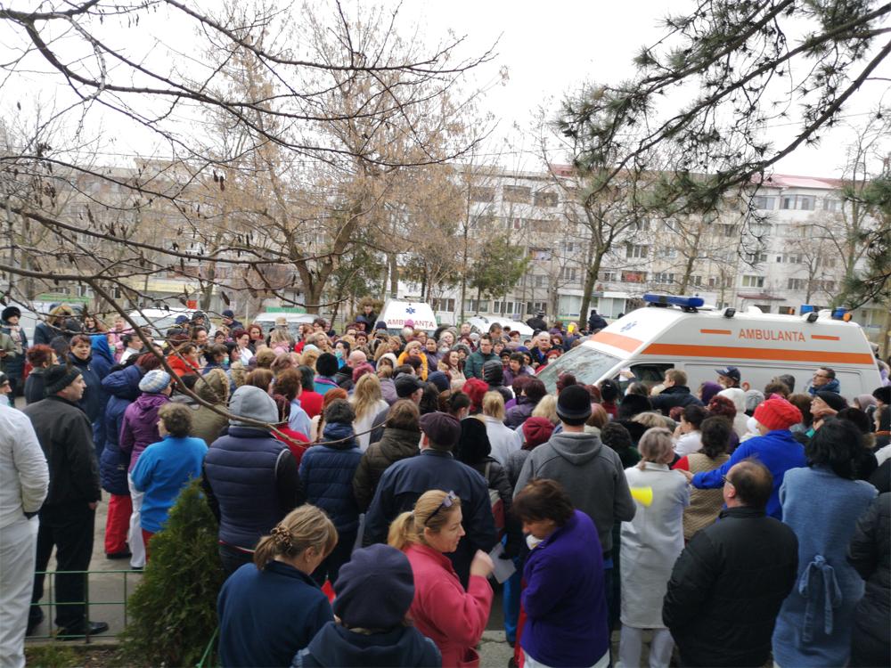 Protest spontan la Spitalul Judeţean Tulcea: scăderea salariilor, motiv de nemulţumire printre angajaţi