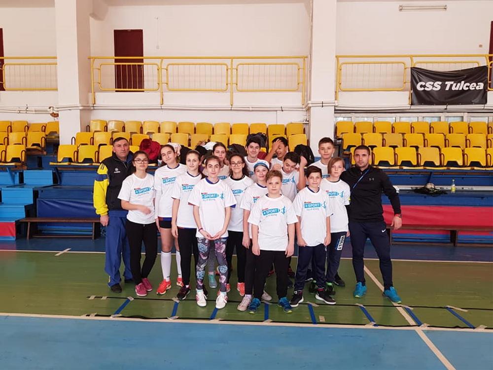 """Echipa Şcolii Gimnaziale """"Ion Luca Caragiale"""" merge în etapa interjudeţeană a competiţiei sportive Cupa Kinder"""