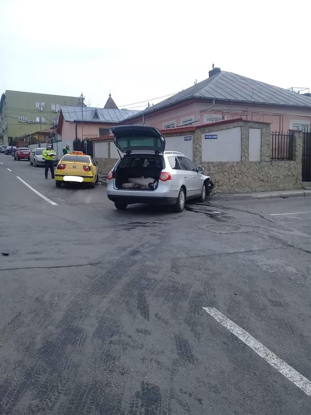 Maşină de şcoală lovită în trafic: o elevă a fost rănită