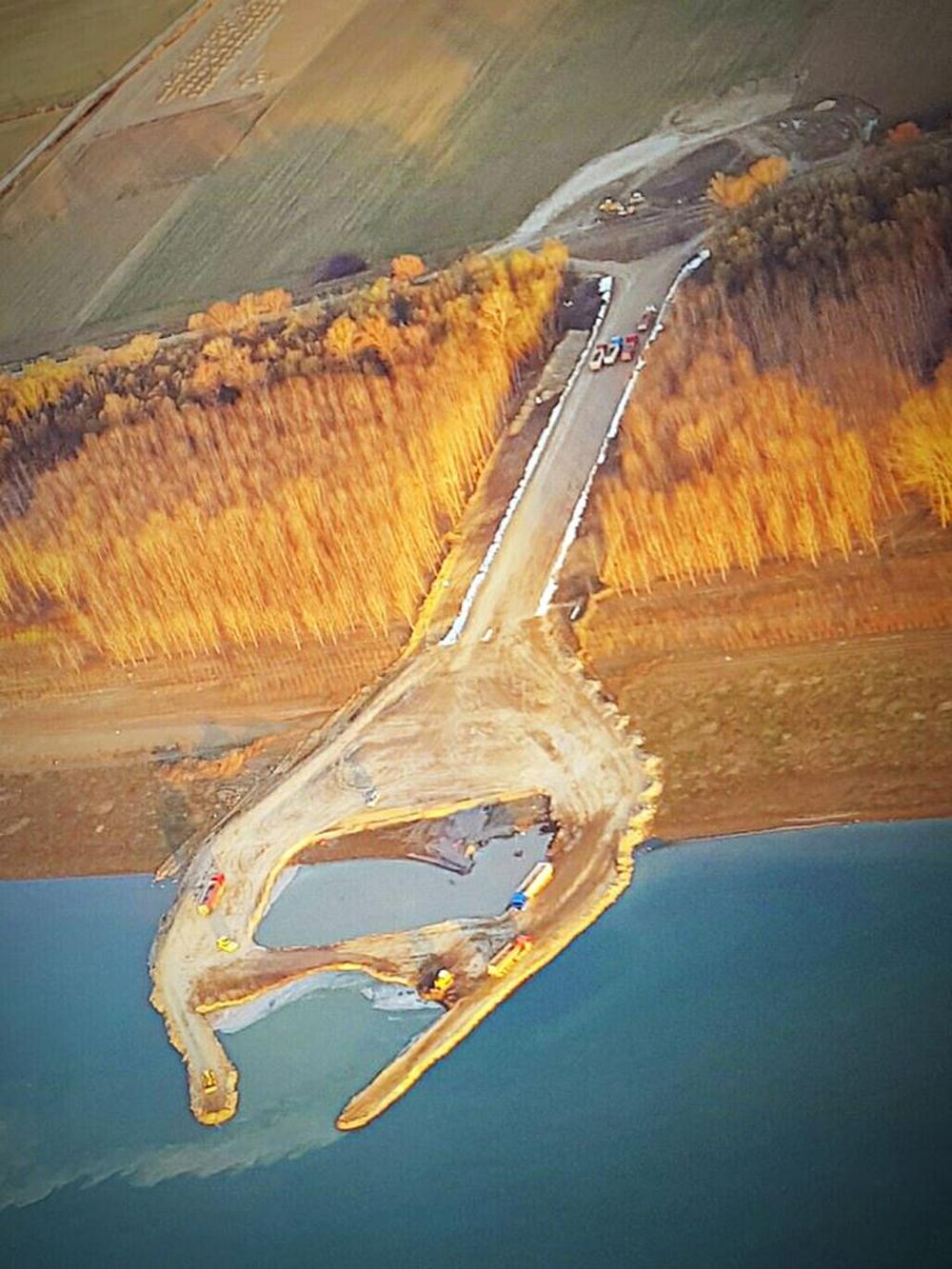 Se lucrează intens pe malul tulcean: pregătiri pentru ridicarea primului pilon al podului peste Dunăre