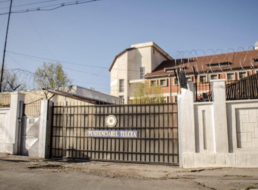 Comisar de la Penitenciarul Tulcea, acuzat că i-a dat unui condamnat pentru omor mai multe telefoane mobile
