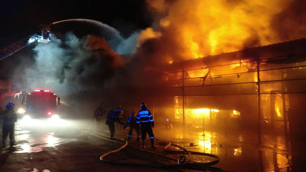 Depozitul distrus de flăcări nu avea autorizaţie de securitate la incendiu