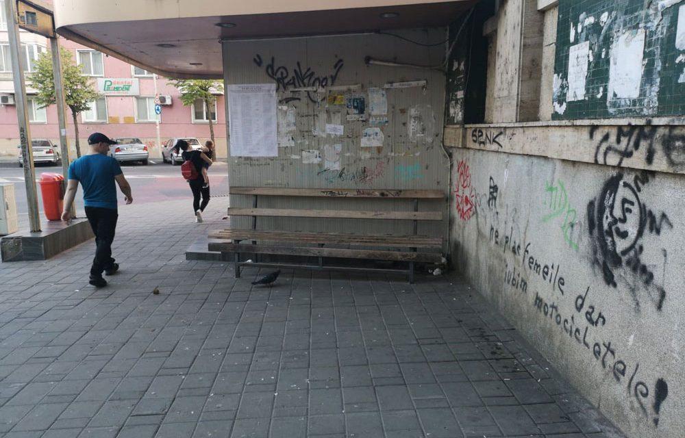 Staţii de autobuz, vandalizate în municipiu