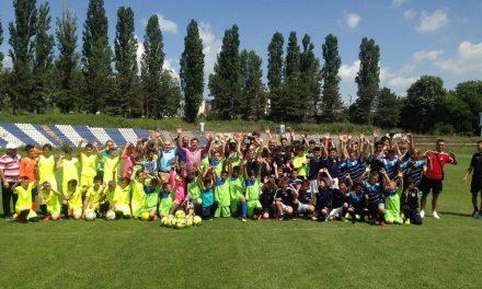 """Peste 100 de copii au fost desemnaţi câştigători la """"Cupa de Vară a Copilului la Fotbal"""""""