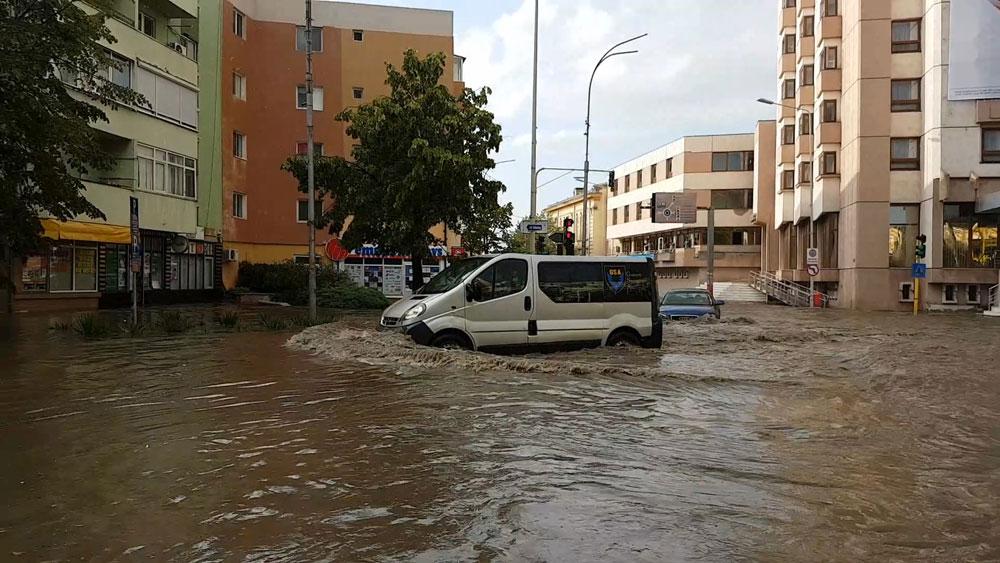 Războiul municipalităţii cu apa de ploaie continuă. Constructorul a reziliat contractul