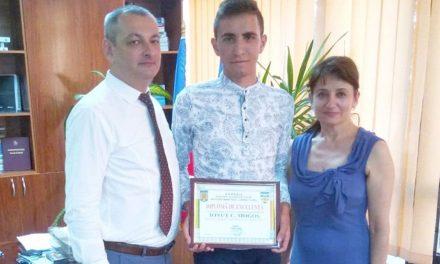 Ionuţ Mogoş, singurul elev din judeţul Tulcea cu media 10 la BAC,  premiat de prefect