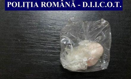 Comerţ cu droguri în municipiu: două persoane au fost arestate pentru 30 de zile