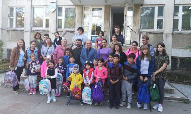 Peste 60 de elevi din municipiu au primit ghiozdane cu rechizite şi dulciuri