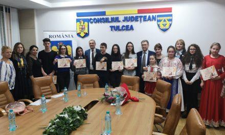 Zece elevi tulceni, premianţii unui concurs de eseuri dedicat Zilei Dobrogei