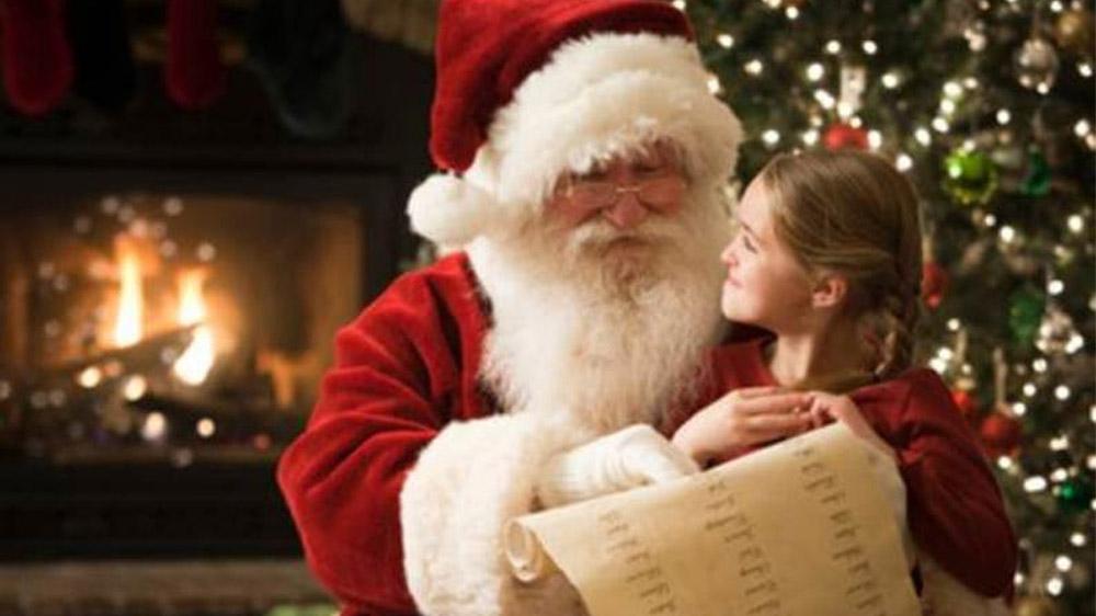 Moş Crăciun  îi aşteaptă pe copii cu surprize dulci în Piaţa Civică