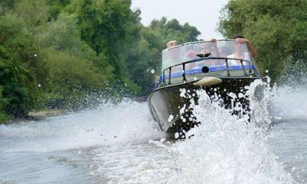 Conducătorii de ambarcaţiuni amendaţi pentru viteză în Delta Dunării au câştigat procesele