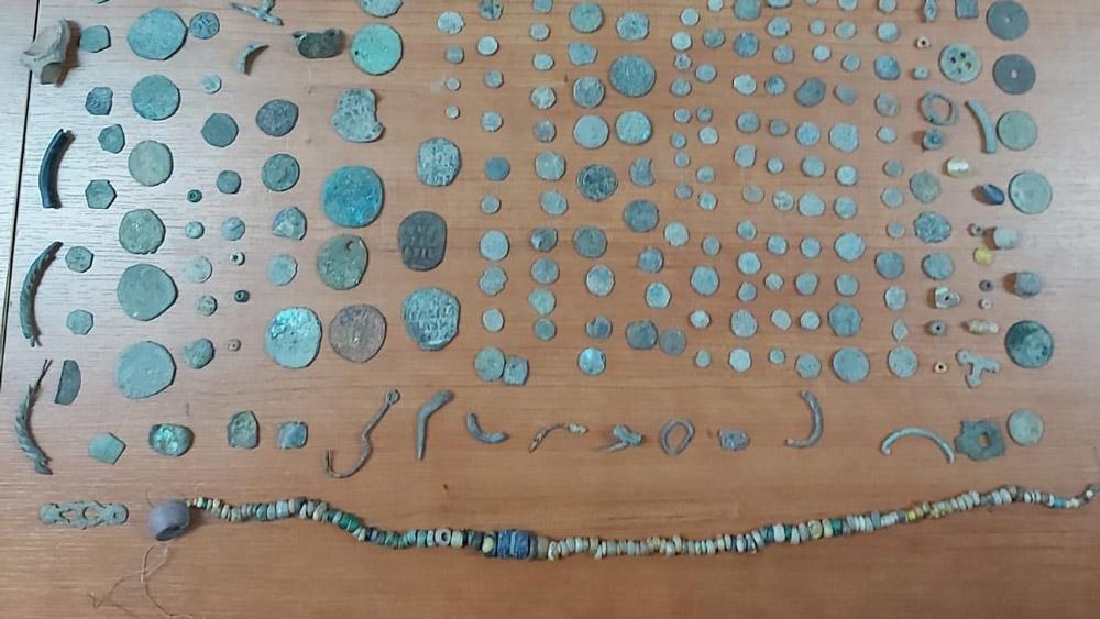 Peste 500 de bunuri arheologice furate, descoperite în casa unui bărbat din Isaccea