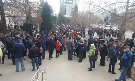 Clienţii Energoterm au protestat în faţa primăriei din cauza facturilor prea mari