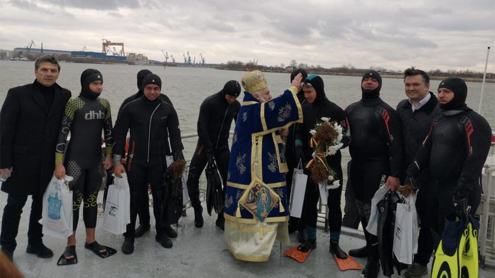 George Crăciun, un adolescent de 15 ani, a scos Crucea sfinţită din Dunăre
