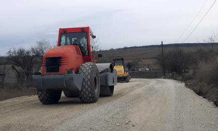 Se toarnă asfalt de 120 de milioane de euro pe drumurile judeţene
