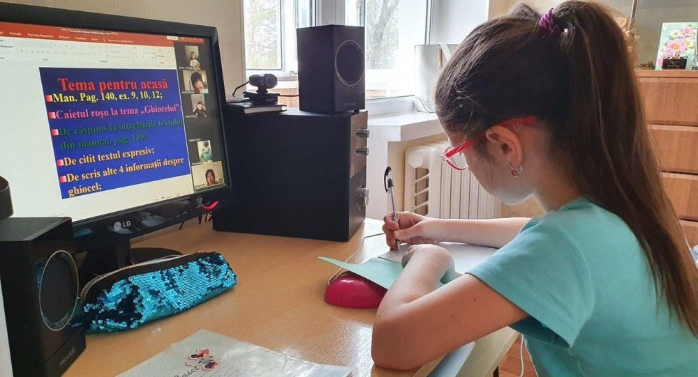 Elevii tulceni fac ore online. Profesorii îi monitorizează zilnic