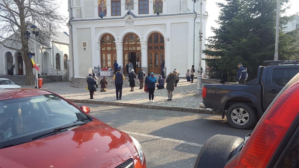 Mersul la biserică, în vremuri de pandemie: slujbe în aer liber la Tulcea