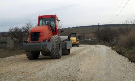 Primăria Beştepe asfaltează mai multe drumuri din comună. Investiţia se face cu bani europeni prin ITI