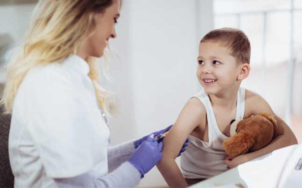 Vaccinarea copiilor nu va fi obligatorie, dar părinţii care refuză riscă amenzi uriaşe