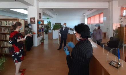 Primarul Constantin Hogea a dus măşti la Biblioteca Judeţeană