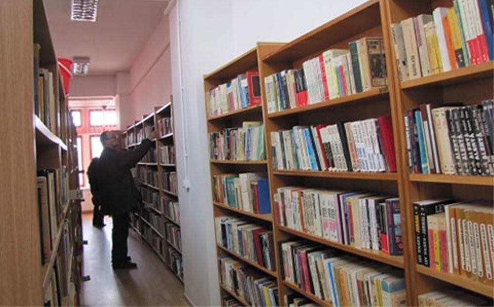 Ţinută obligatorie la bibliotecă: mască şi mănuşi