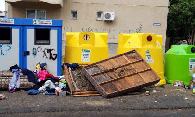 Autorităţile caută soluţii să amendeze tulcenii care aruncă gunoiul lângă pubele
