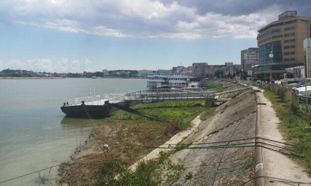 Pontoanele de acostare a bărcilor sunt pe uscat, din cauza cotelor scăzute ale Dunării