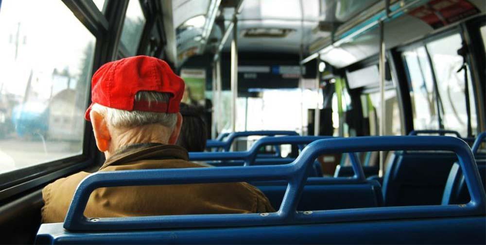 Peste 7.600 de pensionari tulceni pot solicita cardurile gratuite pentru transportul în comun